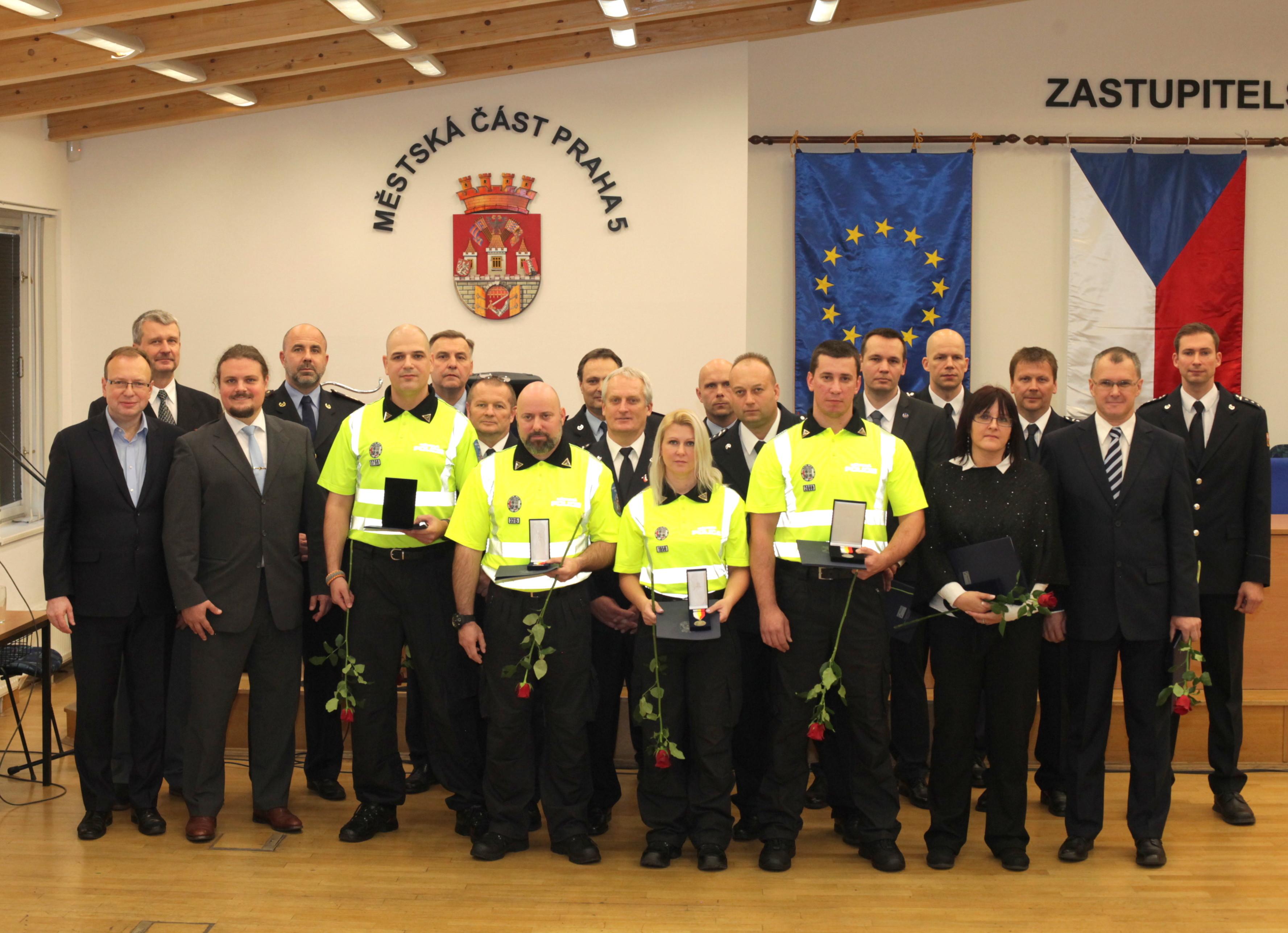 policistky-policiste-a-hasici-prevzali-zasluzne-medaile