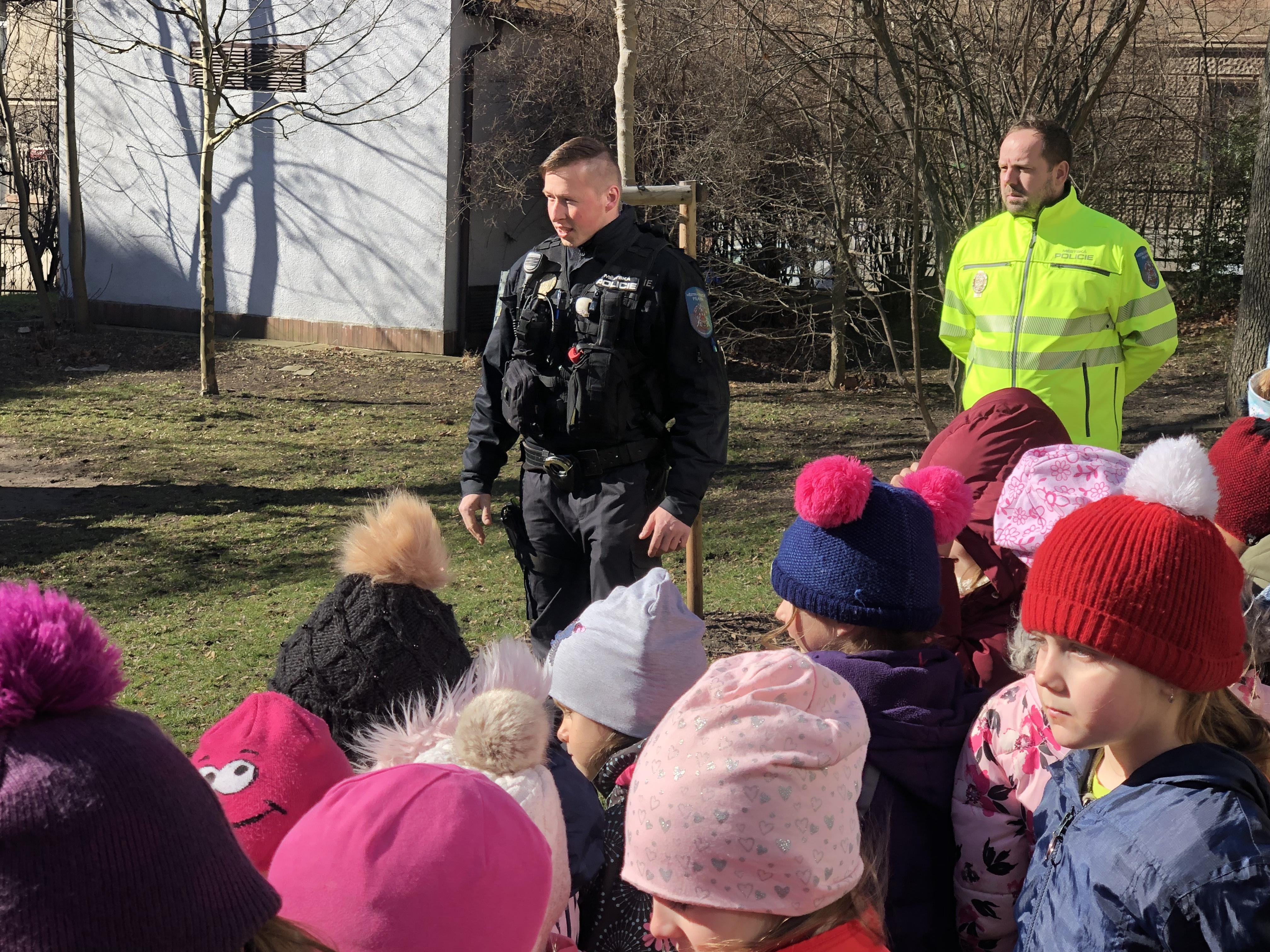 deti-z-ms-holeckova-stravily-dopoledne-s-mestskou-policii-hl-m-prahy