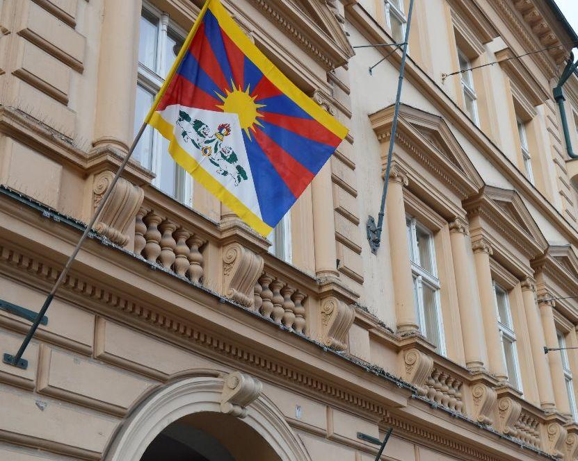vlajka-pro-tibet-na-radnici-prahy
