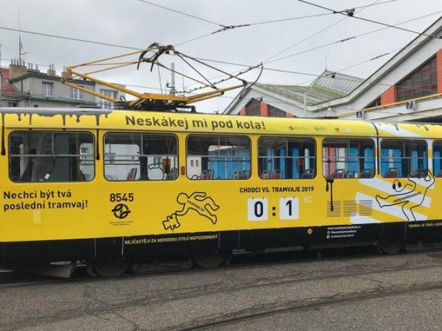 zluta-tramvaj-varuje-neskakej-mi-pod-kola
