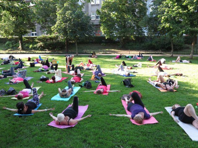 zajem-o-lekce-jogy-pod-sluncem-v-portheimce-stale-roste