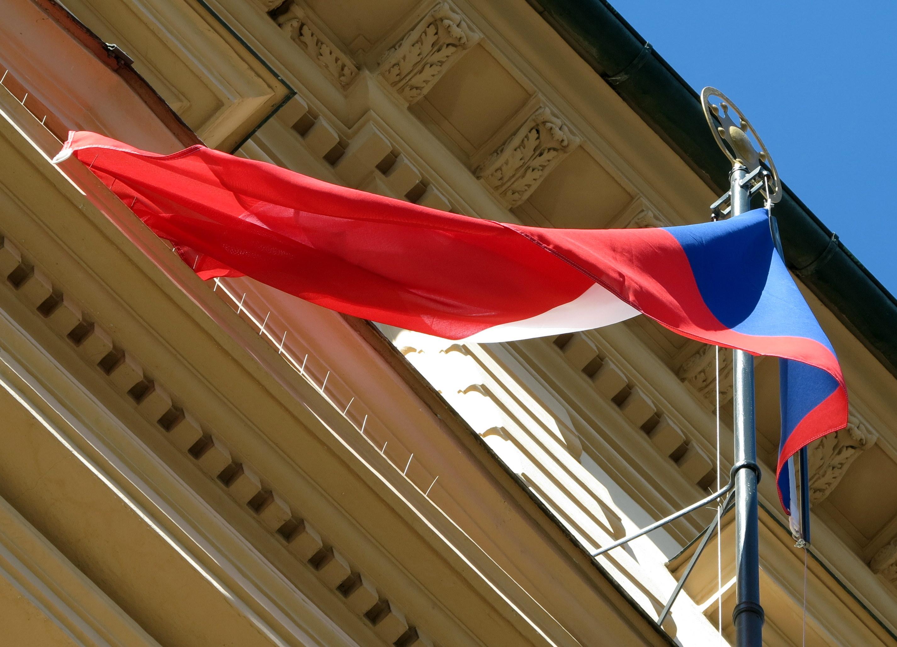 ceska-vlajka-slavi-100-let-nyni-je-symbolem-podekovani-tem-kdo-pomahaji