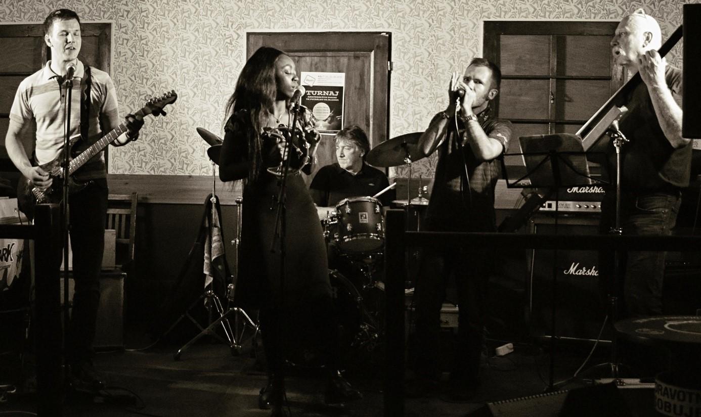 prave-ted-streamovany-koncert-kapely-blues-engineers-a-zpevacky-shaymo