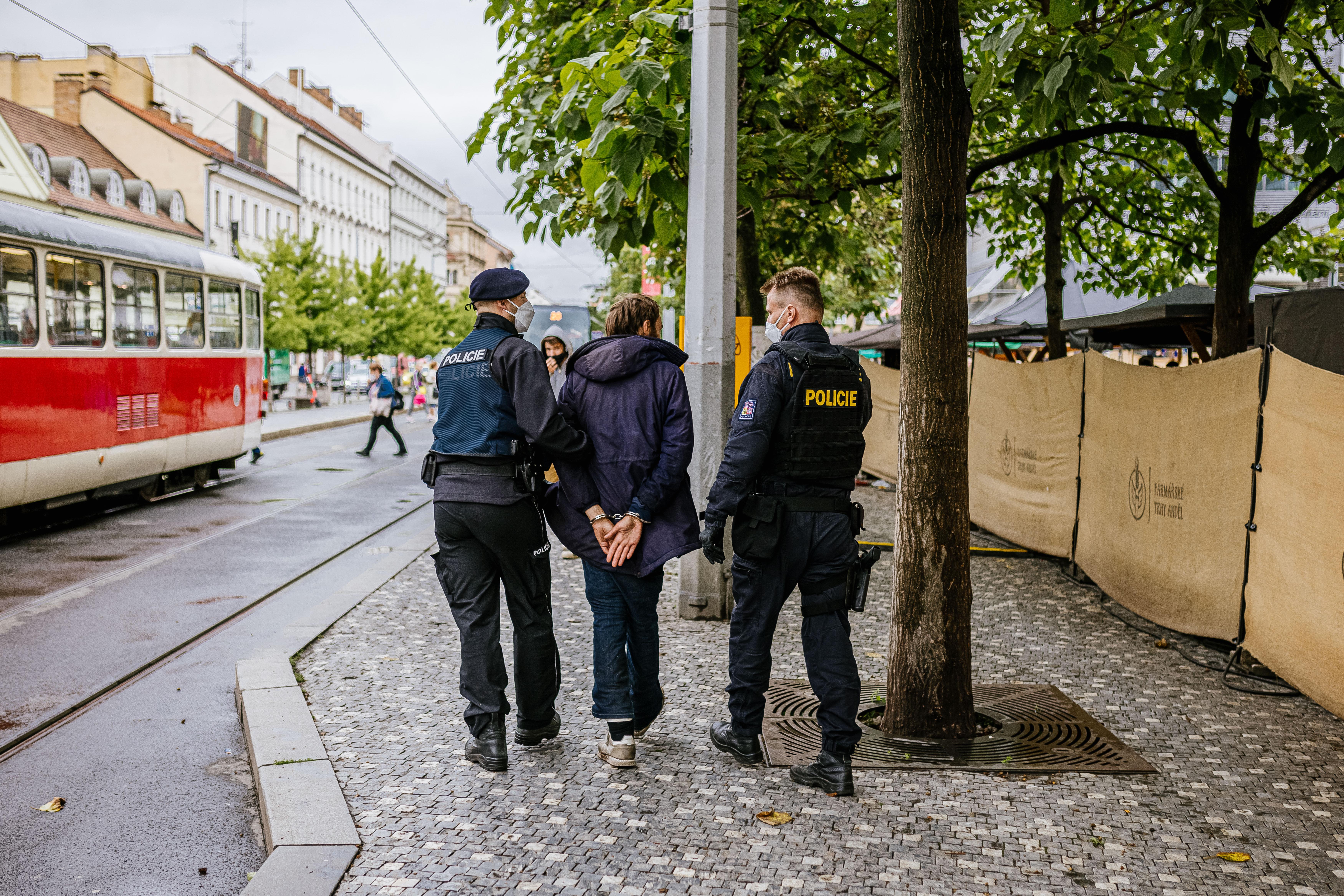 z-ulic-prahy-5-mizi-dealeri-drog-zatahy-specialniho-policejniho-tymu-pokracuji